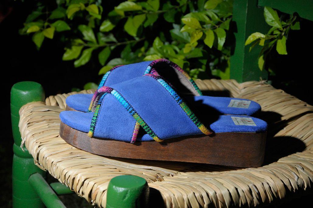 Zuecos en gamuza azul con base en madera.