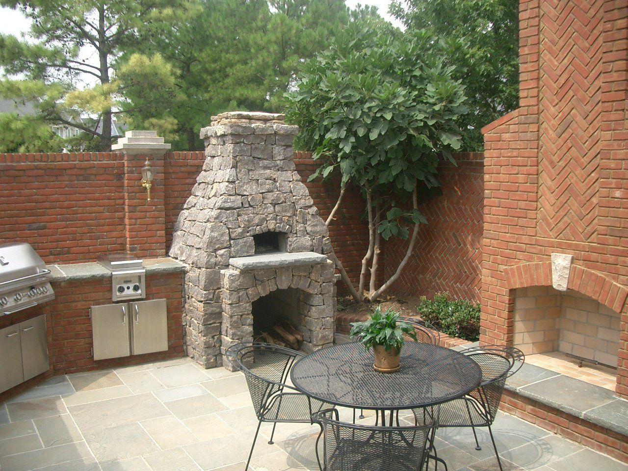 round stone outdoor fireplace fireplaces pinterest outdoor kitchen plans pizza oven kits. Black Bedroom Furniture Sets. Home Design Ideas