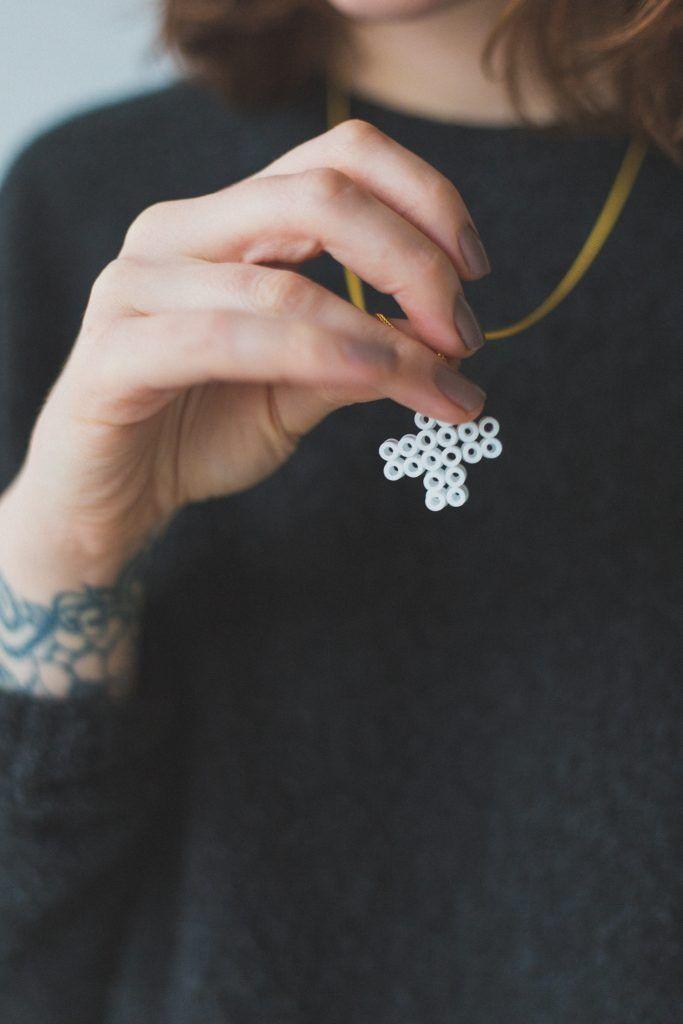 Сделайте эти ожерелья с поцелуями из бусин Perler своими руками, чтобы распространить любовь ко Дню святого Валентина