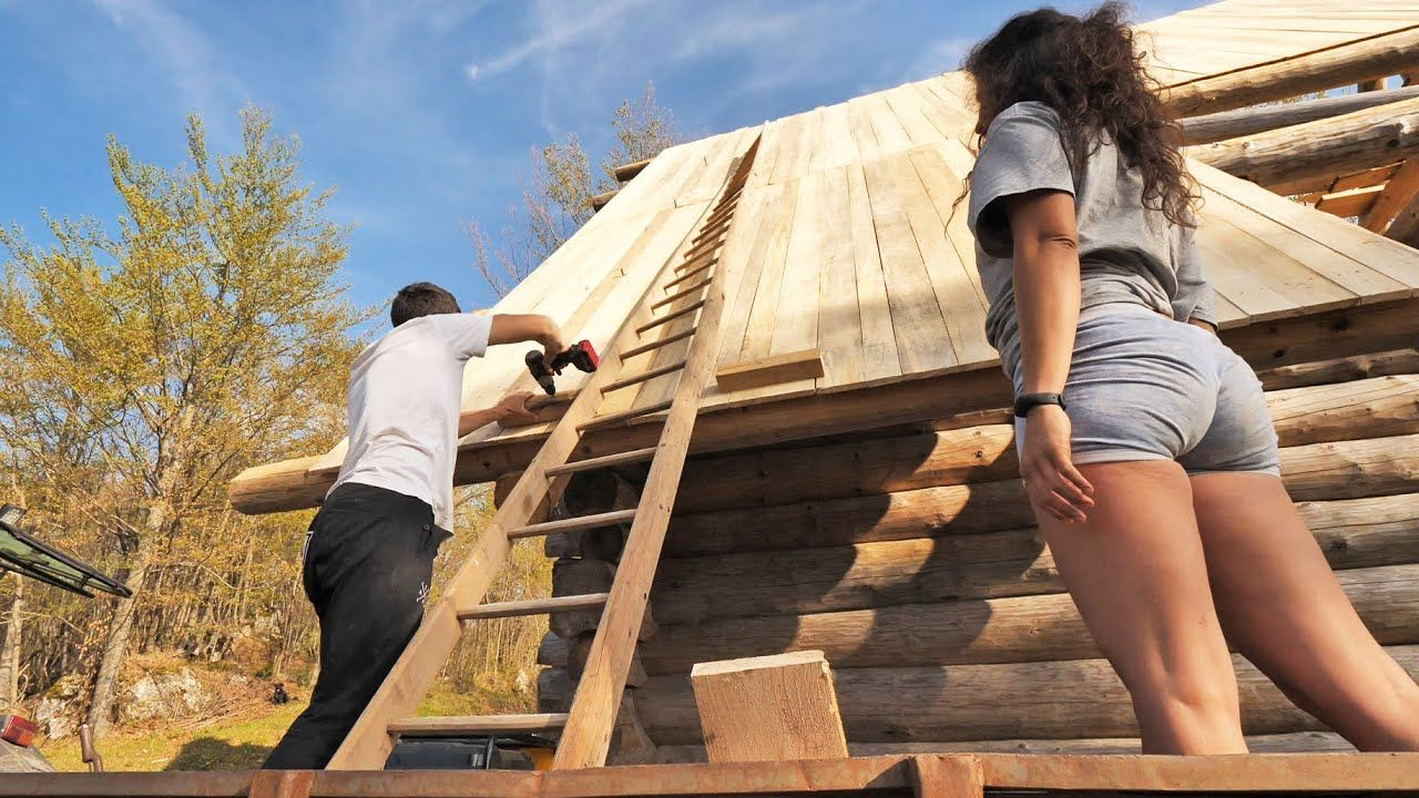 Off Grid Log Cabin S 2 Ep 12 Teaching My Girlfriend Woodworking Build In 2020 Building Roof Log Cabin Cabin