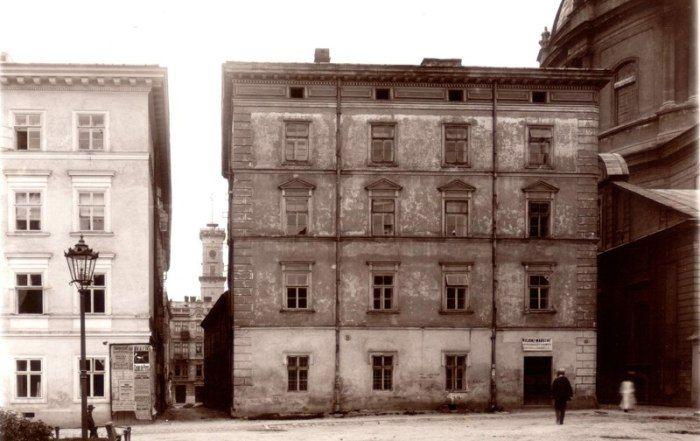 Вхід на вулицю Зацерковну, фото середини XIX ст. Будинку біля Домінікани тепер немає, зараз там площа Музейна.Кажуть, що колись це була найвужча вулиця Львова.Вона зникла приблизно в 1914-1918 рр.