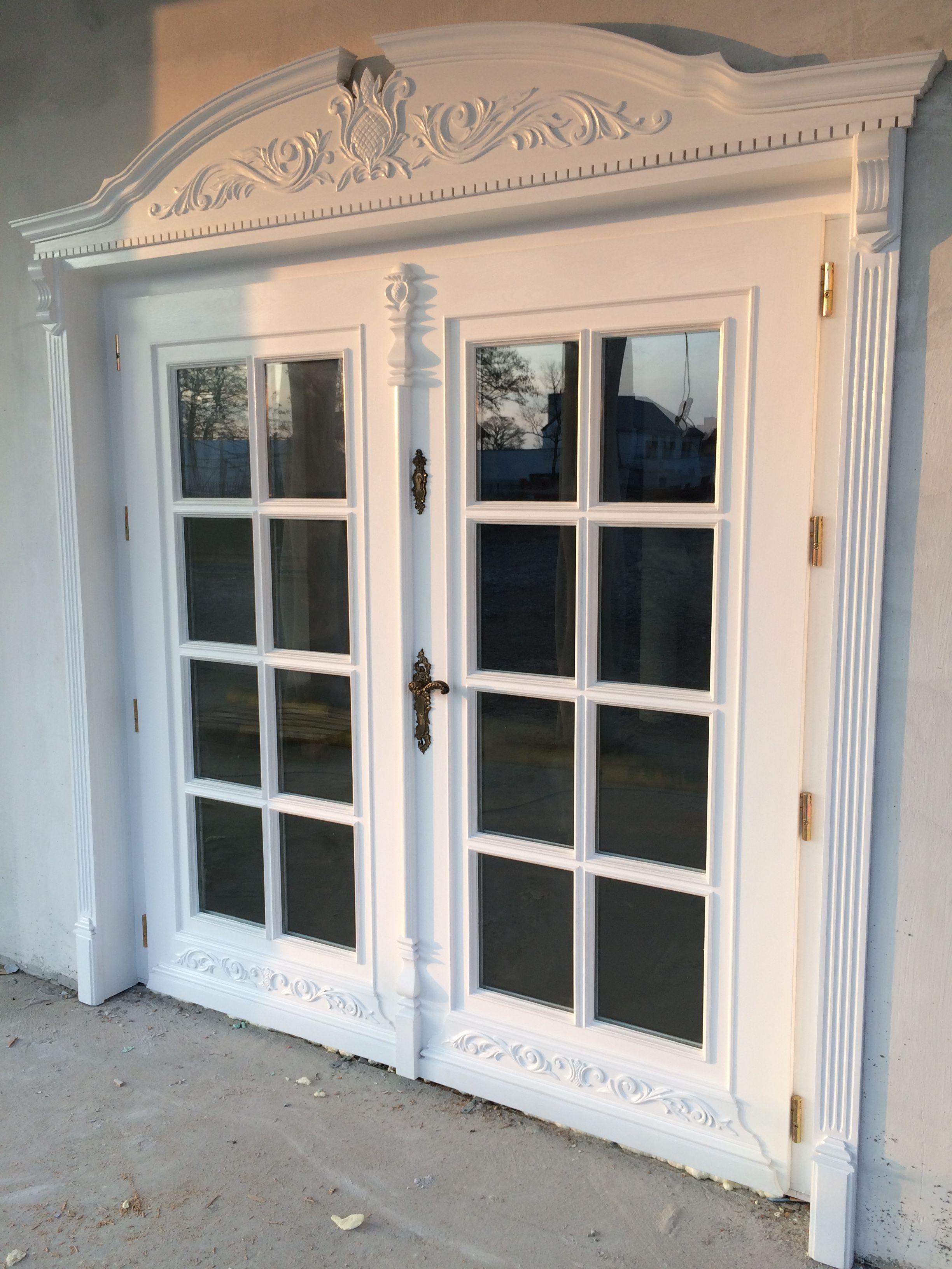Dwuskrzydłowe drzwi zewnętrzne w białym kolorze z drewna ...