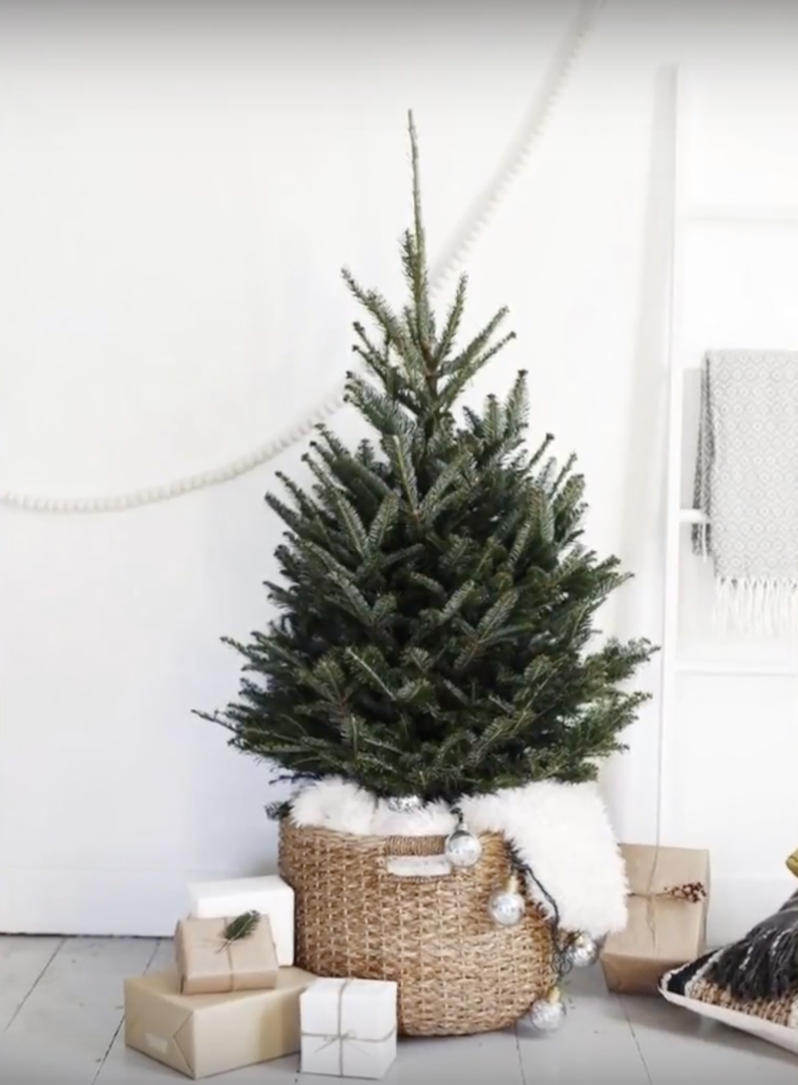 Decorating For Christmas In The Minimalist And Scandinavian Styles Live Your Style Scandinavian Christmas Decorations Minimalist Christmas Tree Simple Christmas Decor