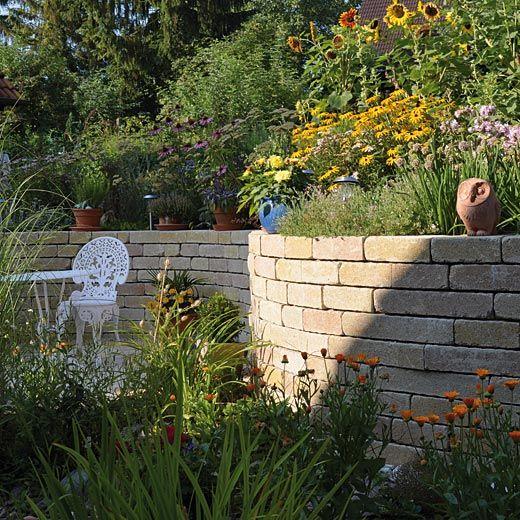 6 fa ons de retenir la terre dans son jardin jardin en pente talus et cas - Comment retenir la terre sur un terrain en pente ...