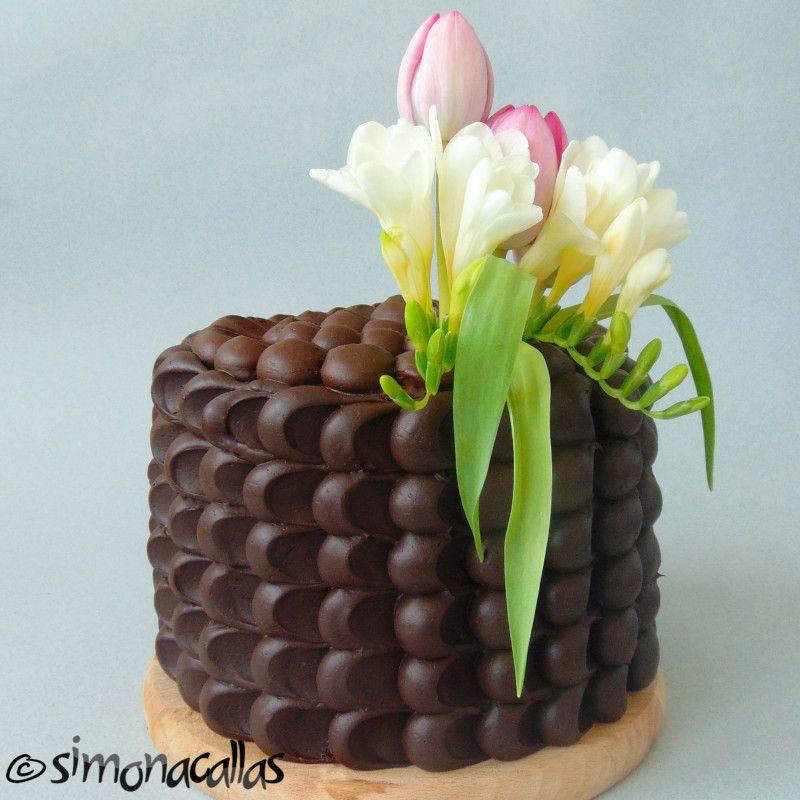 Vă prezint un tort cu multă ciocolată şi secţiune deosebită, care nu necesită talente deosebite, nici instrumente speciale, dar care e incredibil de savuros şi de asemenea foarte aspectuos. Florile naturale de sezon îi conferă o eleganţă aparte şi îi sporesc farmecul. În secţiune, se observă straturile de cremă bicolore. Vă voi povesti cum... Read More
