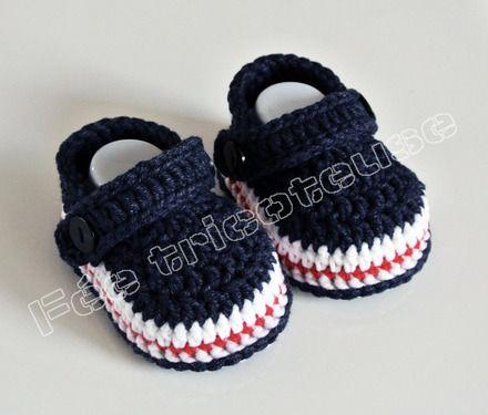 0abe6ad2728 chaussons bébé fait main type crocs couleur  bleu marine.  Taille  estimé  pour 0-3 mois  chaussons fabriqués à la demande