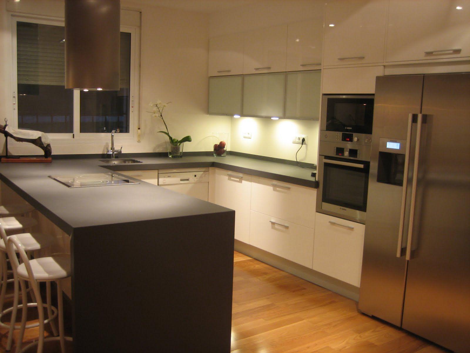 Formas almacen de cocinas sl medidas perfectas para una for Cocinas modernas con isla central y desayunador
