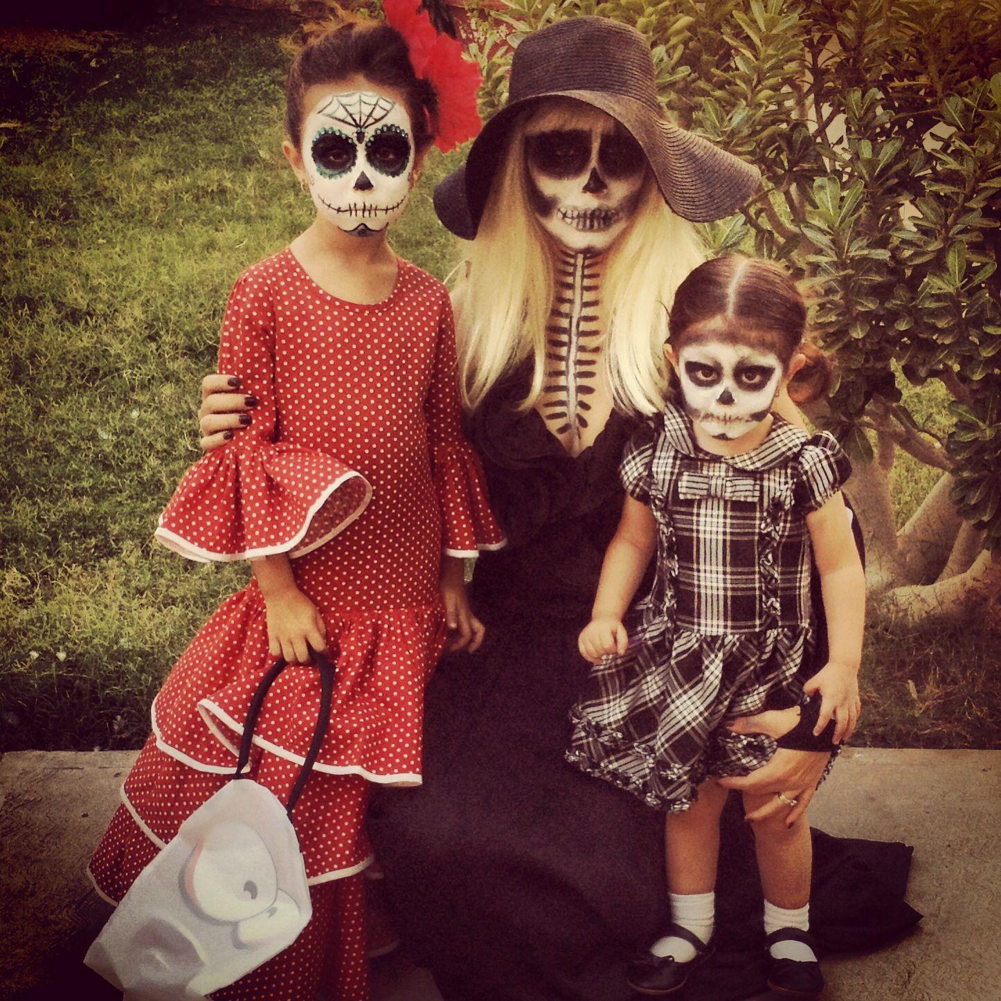 Disfraces con mis hijas catrina, la muerte y una calaverita que asusta