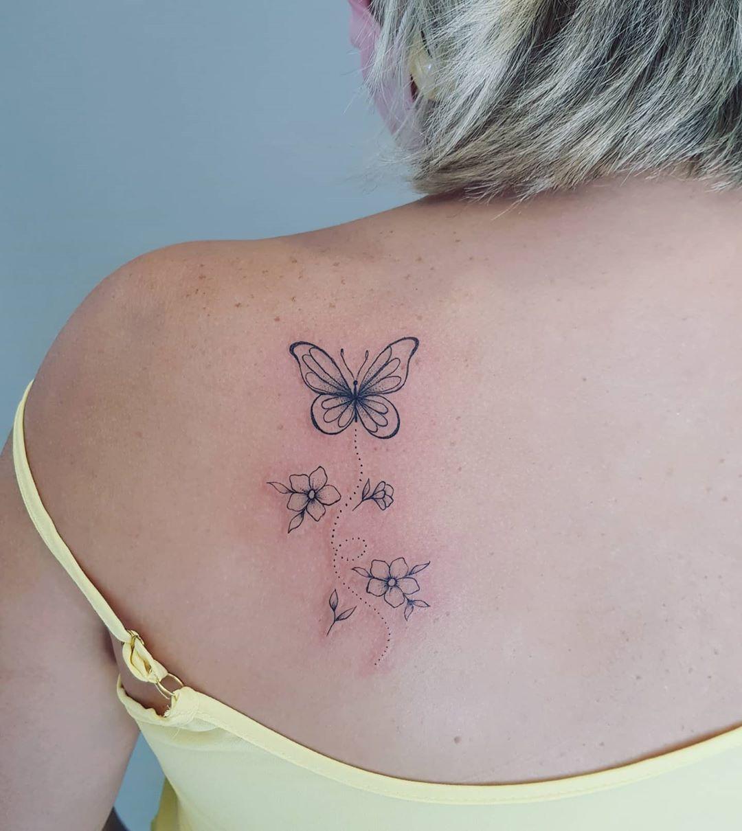 o desconhecido é um lugar escuro, mas pode te revelar grandes e maravilhosas surpresas!  #transformação . . #Tatuadora#Tattoo #Tatuagem #TPM #TatuagemParaMulheres #tatuagensfemininas #Tattoo2me #Tattoo2us #trendstattoo #Tattooguest #Instattoo #tattooinkspiration #Inspirationtattoo #tintanapele #Ttblackink #inktattoo #tattoopontocom #tattoomogisjc #tatuagensdelicadas #tattoodo #tatuadoresbrasileiros #minitattoos #cutetattoos #smalltattoo #finelinetattoo #tatuagemcaligrafica  #quarentenadia10