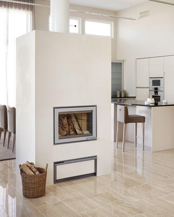 Takka lämmittää koko kotia keskellä taloa #netrautalikes #tulikivi #takka