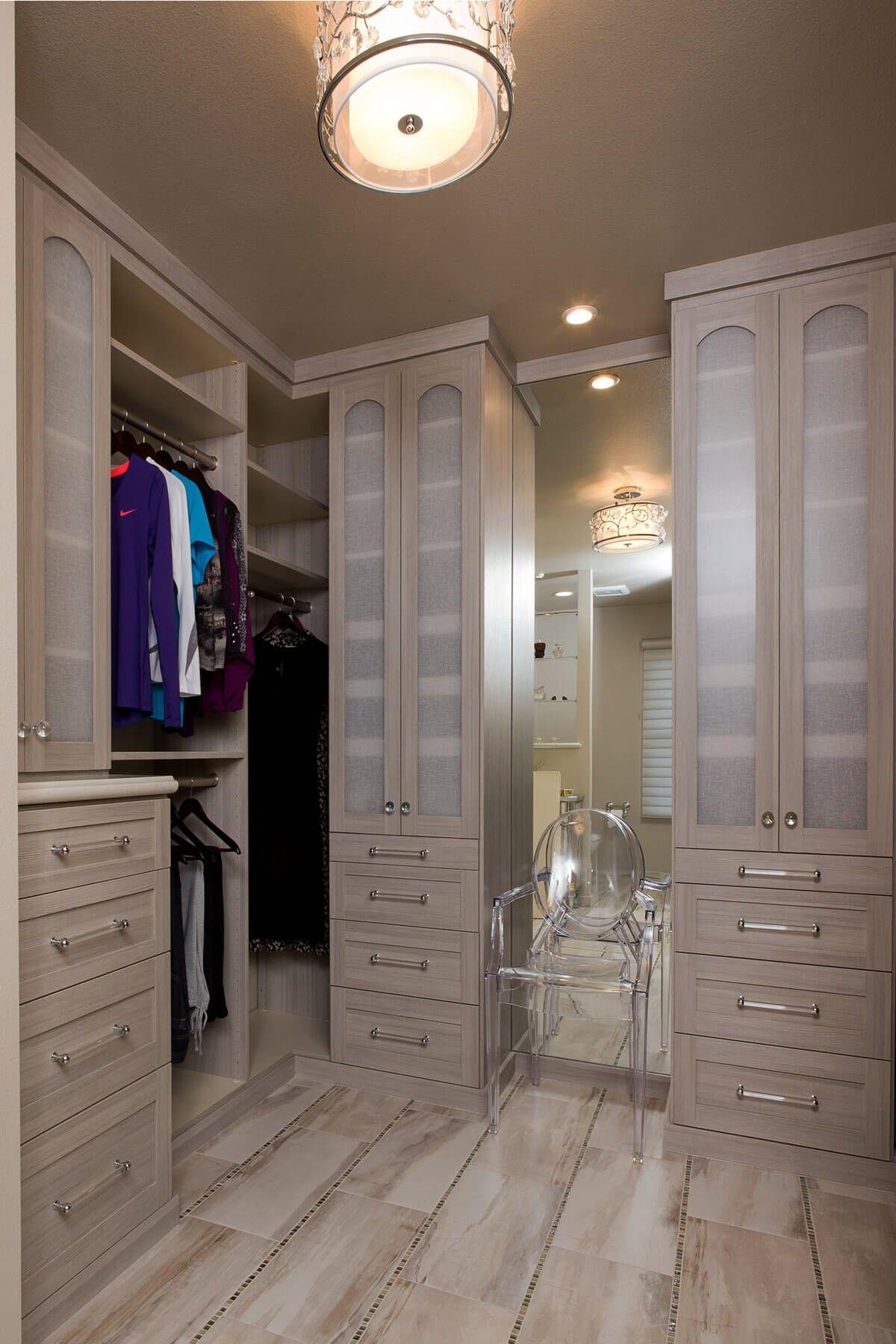Ein Boden Bis Zur Decke Spiegel Gibt Die Illusion Eines Größeren Raumes  Zwischen Zwei Schränke Mit