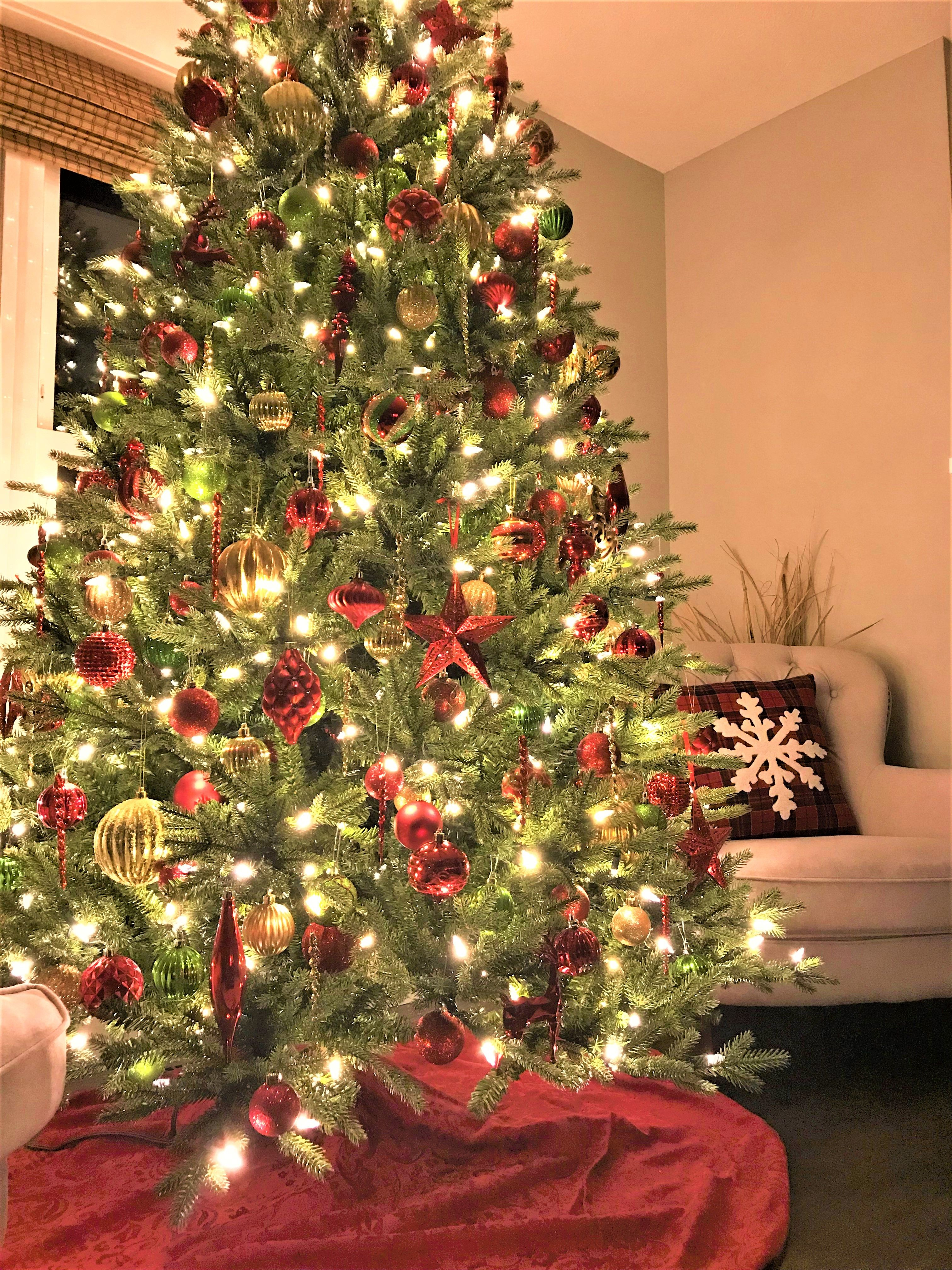 Christmas Traditional Colors Red Green Gold Gold Christmas Decorations Christmas Tree Colored Lights Christmas Tree With Coloured Lights