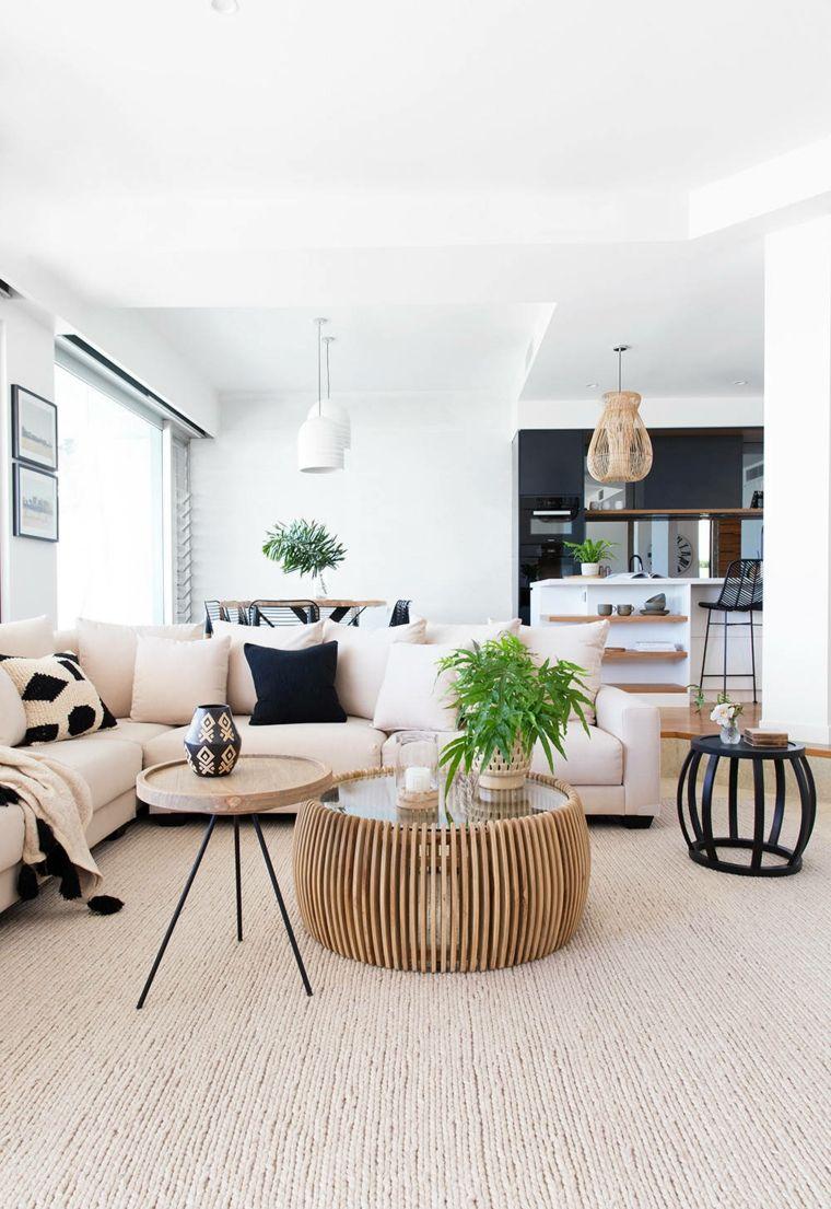 Open space cucina soggiorno con un divano angolare e tavolini ...