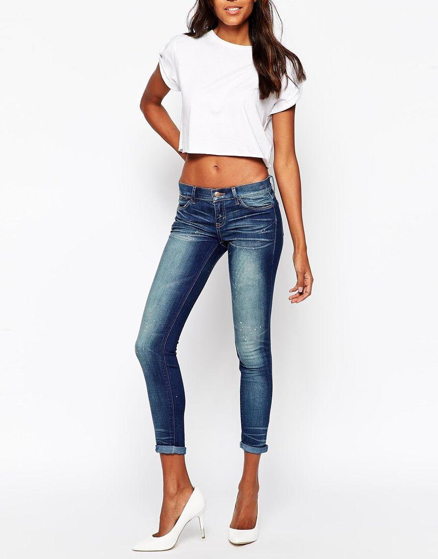 Jeans von Ditto's festes Stretch-Denim Mittelhoher Schnitt verdeckter Reißverschluss klassischer Fünf-Taschen-Stil supereng - nah am Körper geschnitten Maschinenwäsche 66% Baumwolle, 33% Polyester, 1% Elastan Model trägt UK-Größe 8/EU-Größe 36/US-Größe 4 und ist 178 cm/5 Fuß 10 Zoll groß
