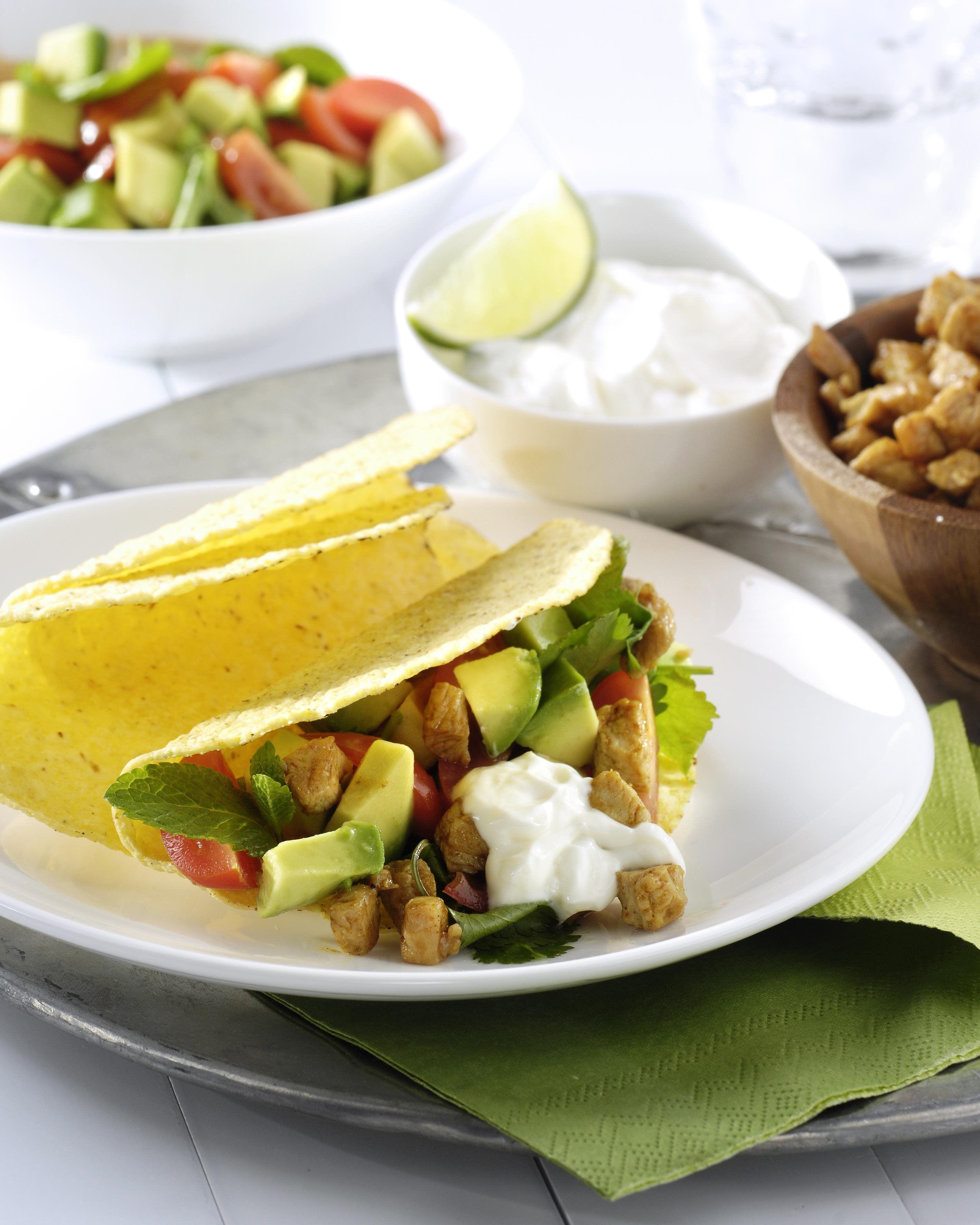 Tacos à la dinde, menthe et coriandre avec une salade de tomates et avocat