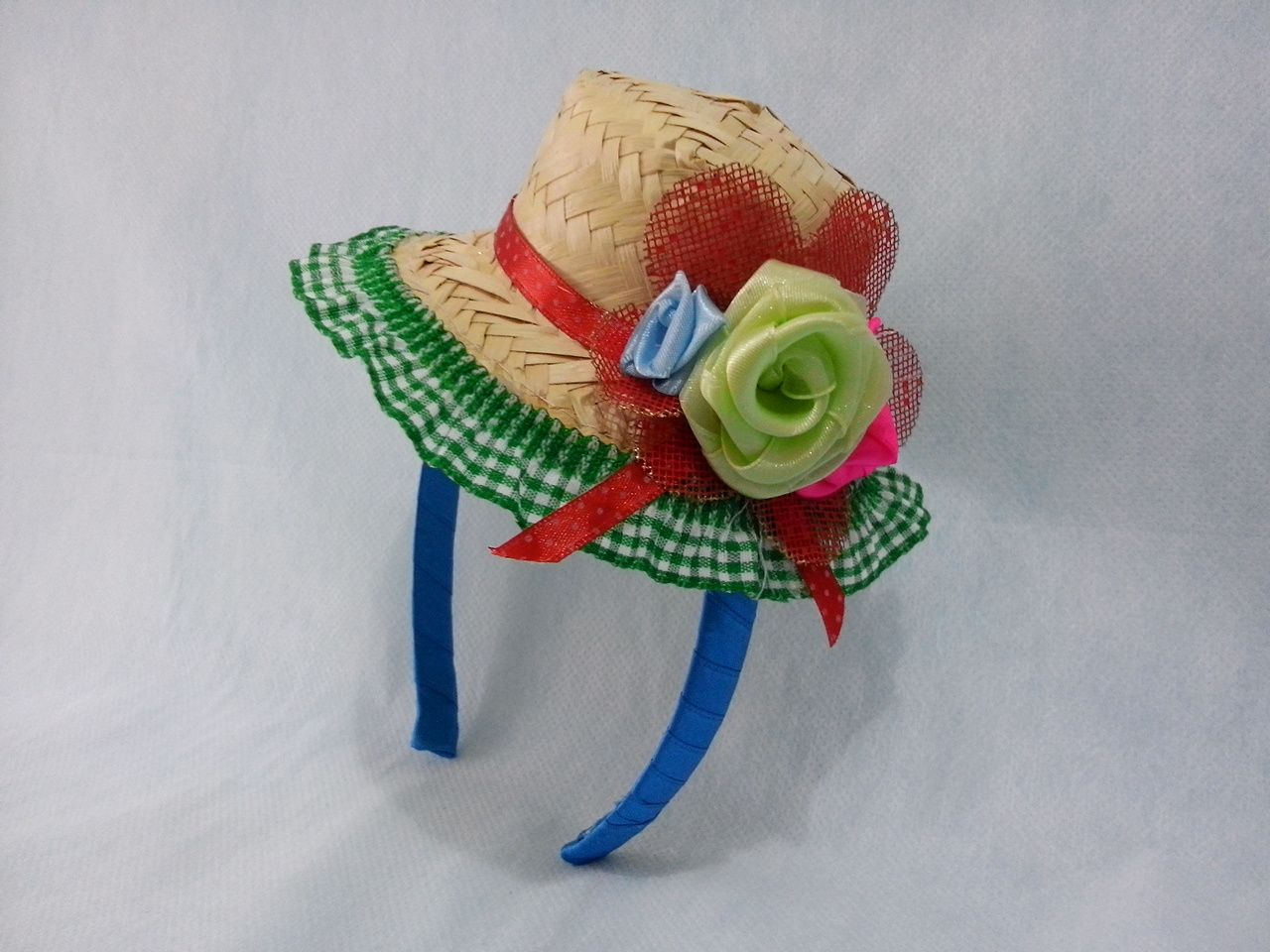 Linda tiara feita encapada com fita de cetim colorida e chapéu de palha  decorado com flores artificiais de tecido. Prazo de entrega  7 dias úteis. 5f227405b98