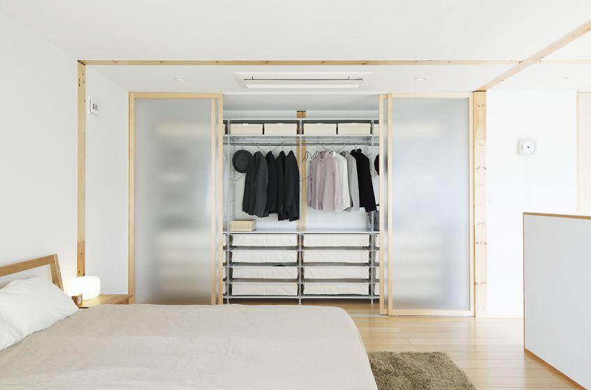 Muji House: Kouhoku   ดีไซน์ห้องนอน, 衣櫃斷捨離,收納量其實非常夠。依照季節分裝入收納盒, pp衣物盒,儘量把坑都填上,居家佈置第一站