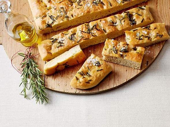 Focaccia mit Olivenöl und Rosmarin Rezept | LECKER