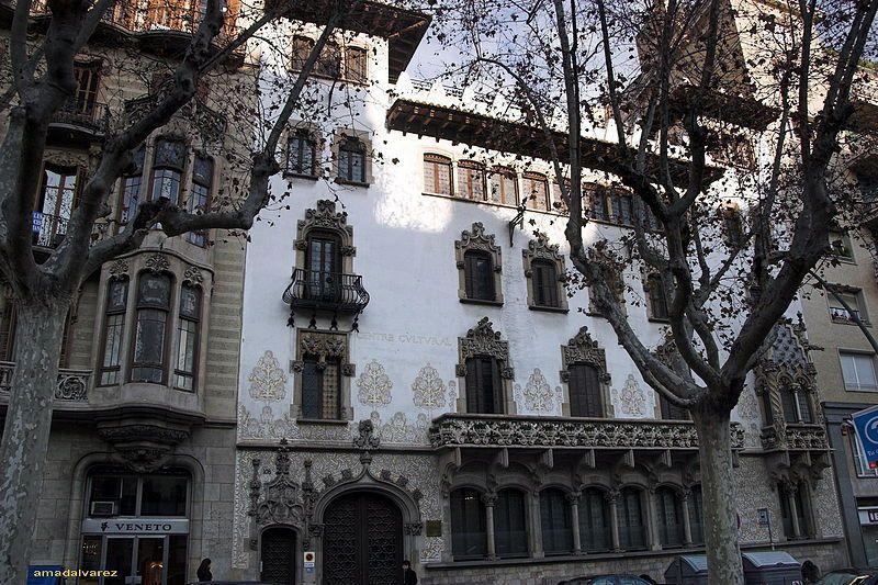 Casa Macaya. 1901.Obra de Josep Puig i Cadafalch. Residencia urbana con fachada blanca y  ventanas decoradas con esculturas y capiteles de Eusebi Arnau, con temas muy contemporáneos. Barcelona