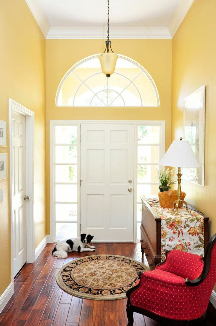 sessel rot flur gelbe wandfarbe runder teppich. Black Bedroom Furniture Sets. Home Design Ideas
