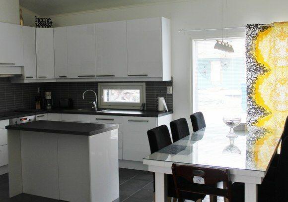valkoinen keittiö musta harmaa välitila  Google haku