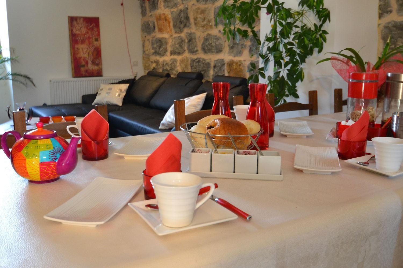 pour chambre dhte salle des petits djeuner avec cuisine rouge design et objets