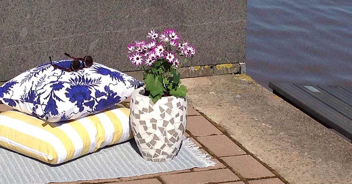 Hanki meditatiivista puuhaa kesäksi ja sommittele pihalle tai parvekkeelle kaunis mosaiikkiruukku.