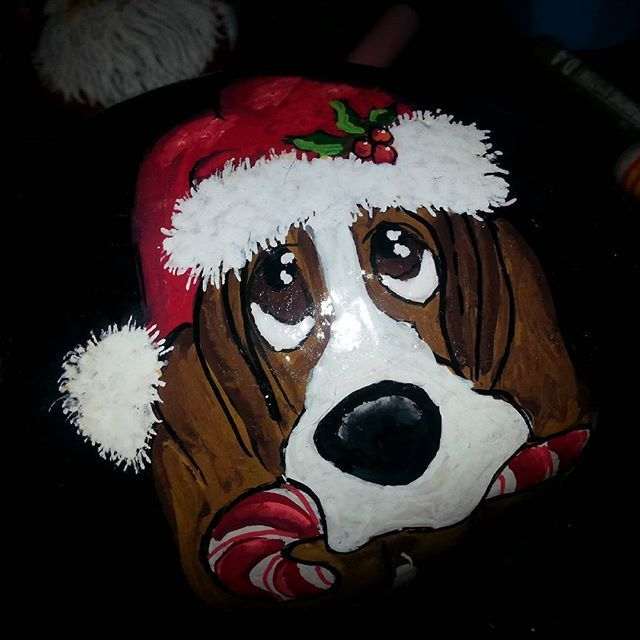 #jul #december #osmedhund #basset #bassethound #malpåsten #rockpainting #stonepainting Vuf <3