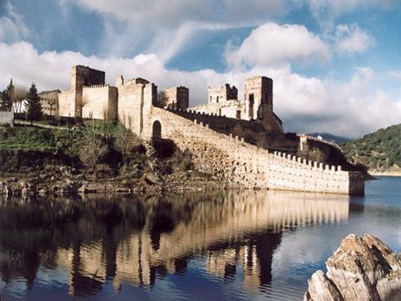 CASTLES OF SPAIN - Castillo de Buitrago del Lozoya, Madrid (siglo XV). Fue construido sobre una fortaleza anterior de origen musulmán en estilo gótico-mudéjar, a orillas del río Lozoya. La fortificación tuvo un activo papel repoblador a partir del año 1085, año en el que Buitrago del Lozoya pasó a manos cristianas. El castillo quedó vinculado, desde la Reconquista, con la poderosa familia de los Mendoza. El castillo sufrió daños de consideración durante la guerra de la Independencia.