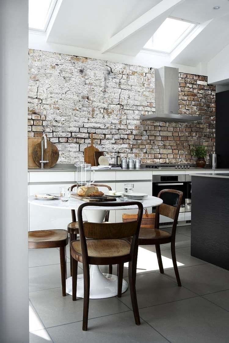 Moderne Küche mit minimalistischem Design und Tapete mit rauem Look ...