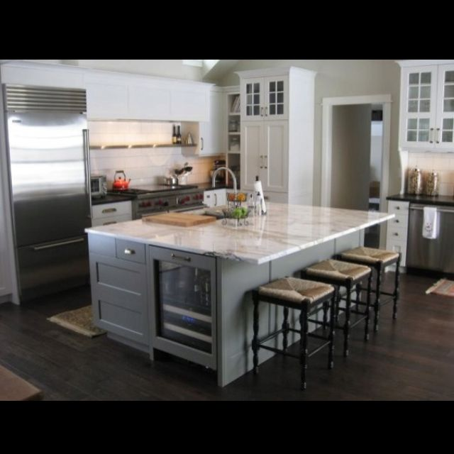 Great kitchen layout with big island