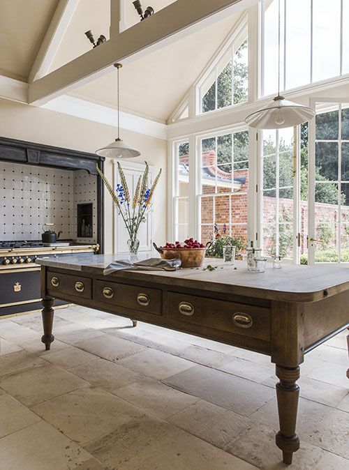 Victorian style traditional kitchen in a Queen Anne house in Hampshire, England. #kitchendesign #kitchen #victorian #homedecor #traditionalkitchen