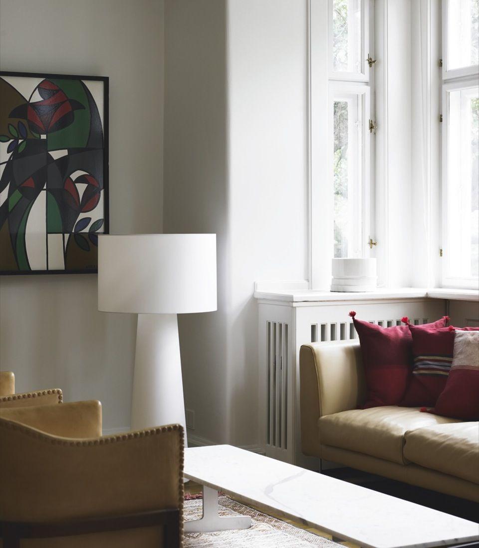 Cappellini-sofaen er købt hos Gubi, og stole er af Mogens Koch. Det ...