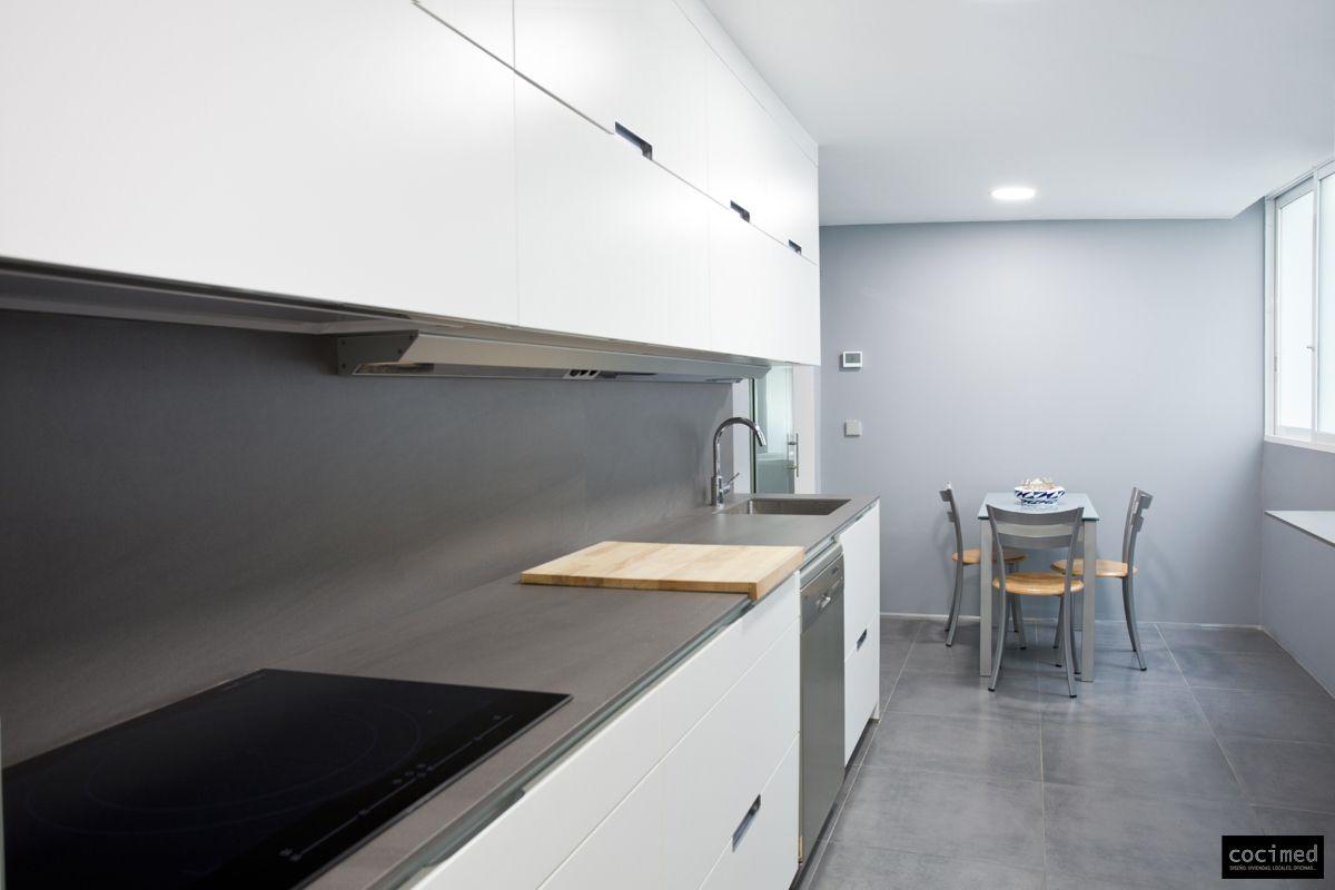 Blanco Muebles De Cocina Con Encimeras De Color Gris Oscuro - Cocina pero conseguida en colores blanco y gris con frontal en