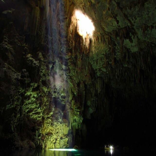 """O Abismo Anhumas, também conhecido como """"Buraco"""", é um dos locais que mais encantam os visitantes de Bonito (MS). A fenda na rocha proporciona a descida que leva a uma caverna de águas cristalinas! Foto: @klouisyrickli"""