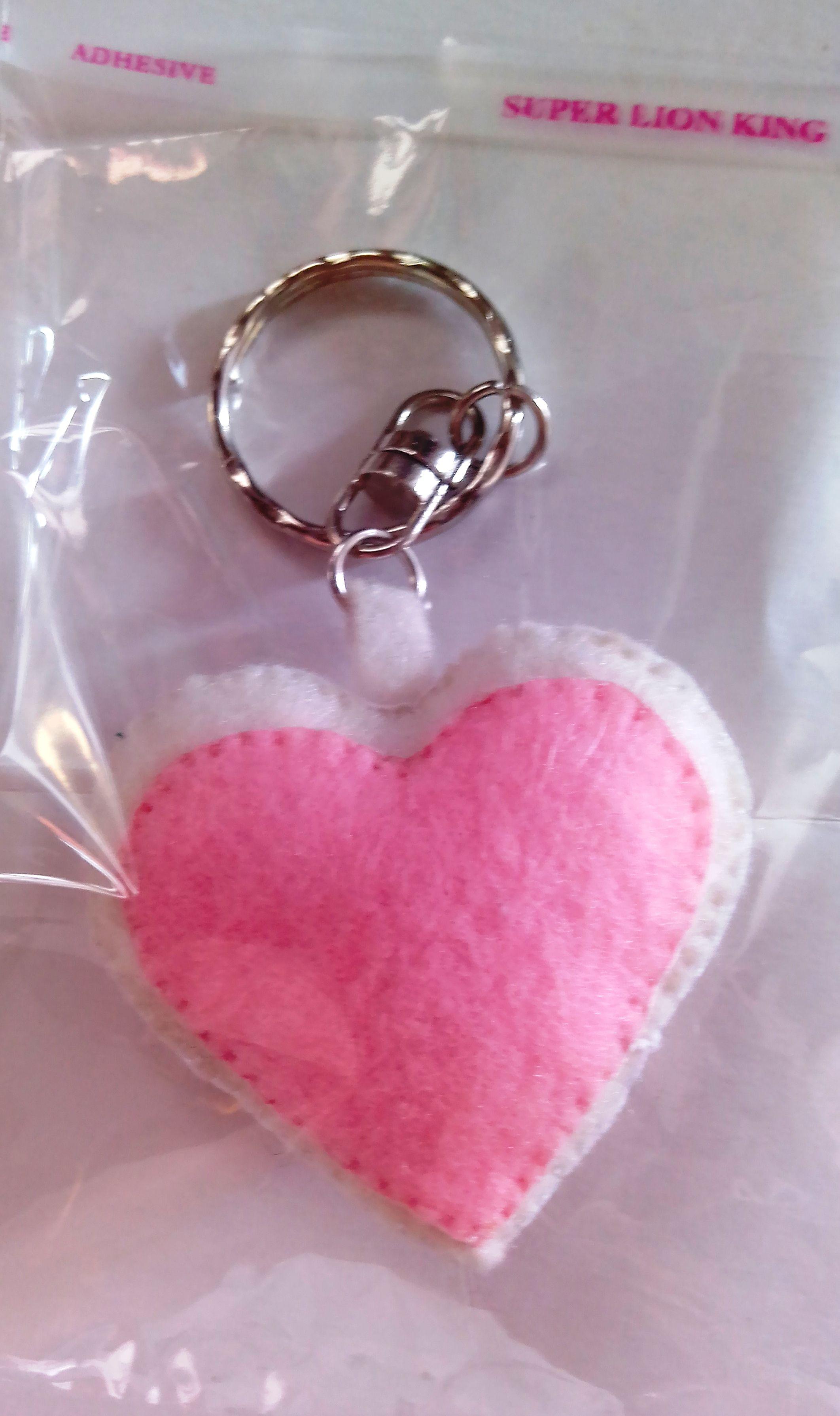 Gantungan kunci dari kain flanel bentuk hati ukuran 4x4cm