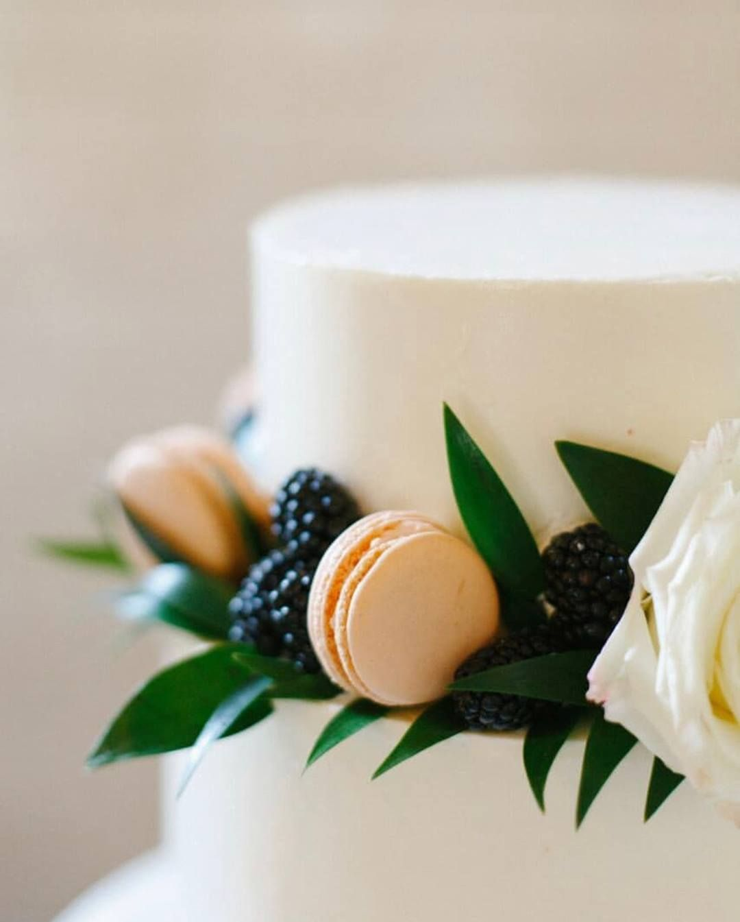Blackberries Roses Greenery And Sherbert Colored Macaroons These Dainty Details Are Making Us Swoon P Wedding Cakes With Flowers How To Make Cake Dainty
