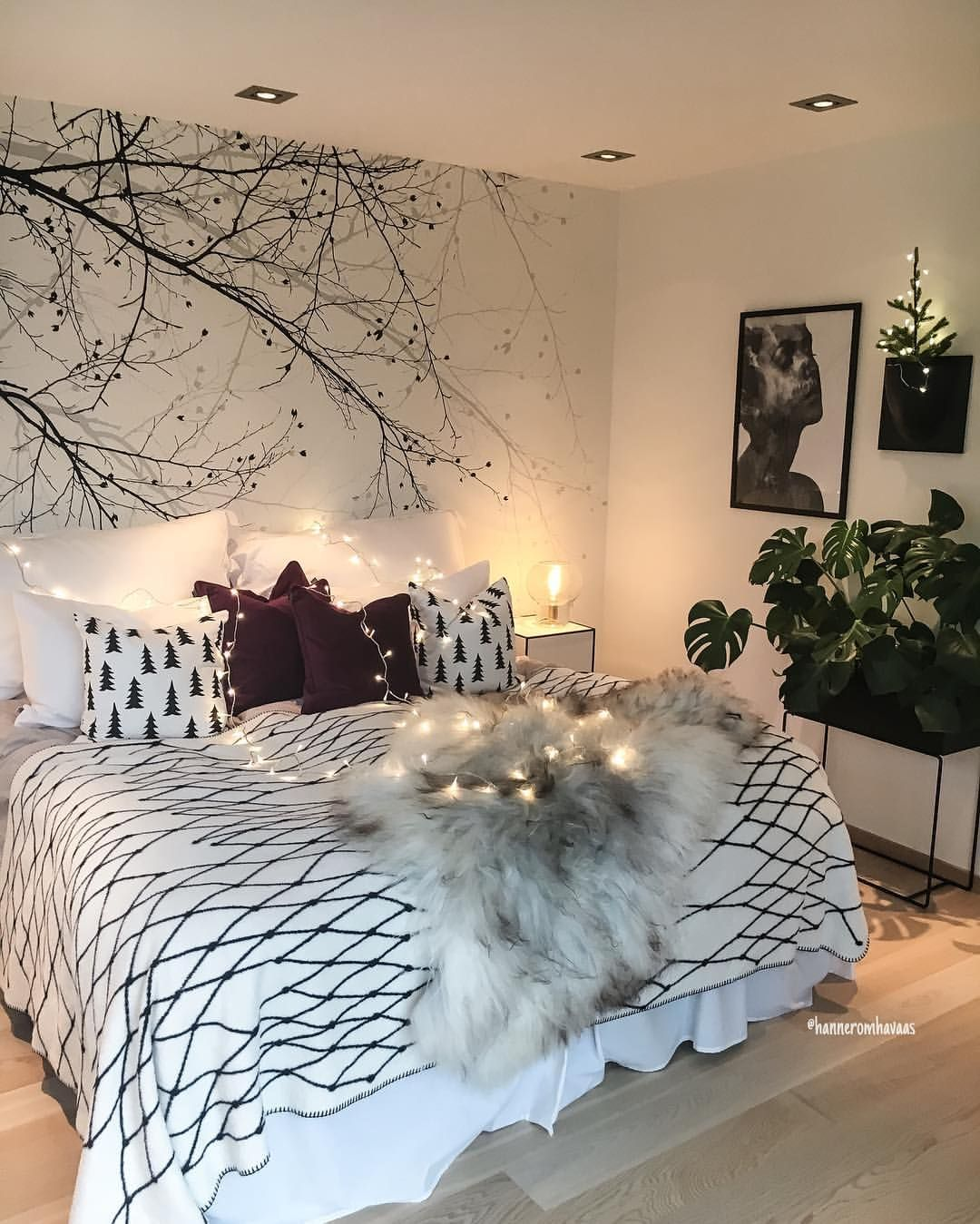 """Hanne Rom Havaas on Instagram: """"Christmas bedroom� Jeg kryper snart i seng her� Øynene svir etter 3 timers søvn siste døgn� Ferdig med nattevakter�Gleder meg til å sove i…"""""""