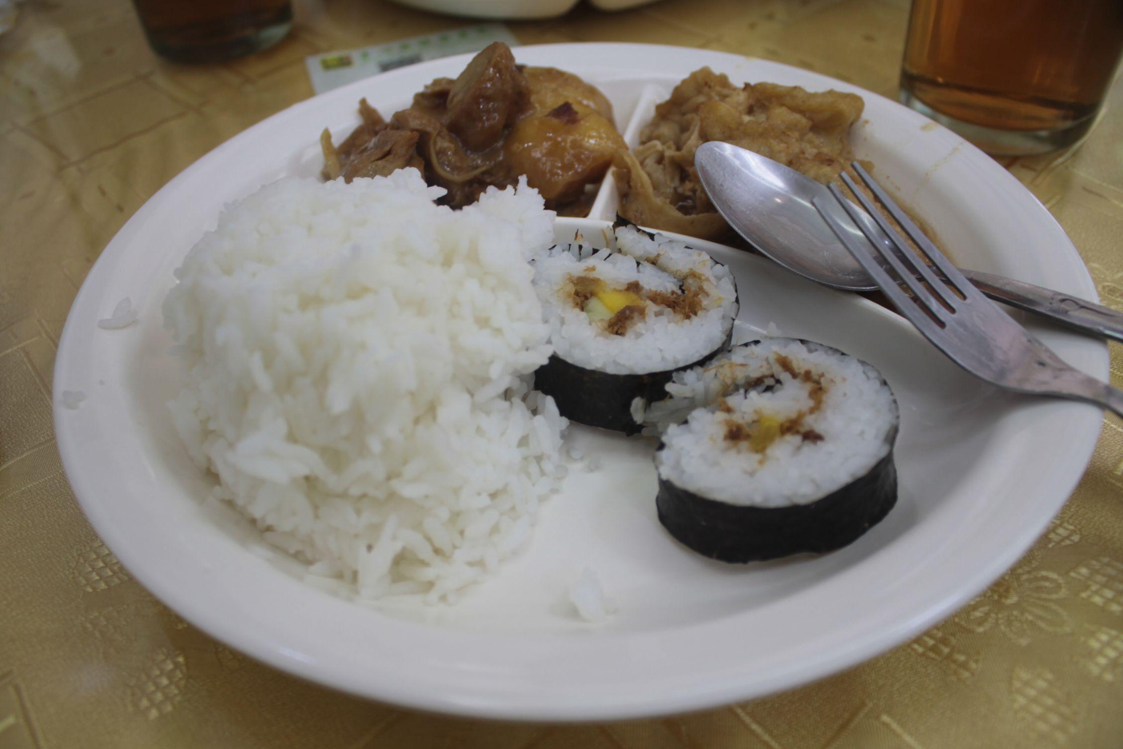 Arroz con sushi y tofu