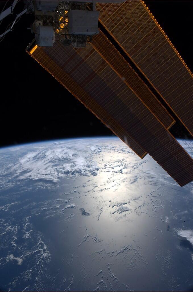 """Reid Wiseman on Twitter: """"Good night from the ISS. Solar arrays glisten approaching Australia. http://t.co/w8Cizusu9K"""""""