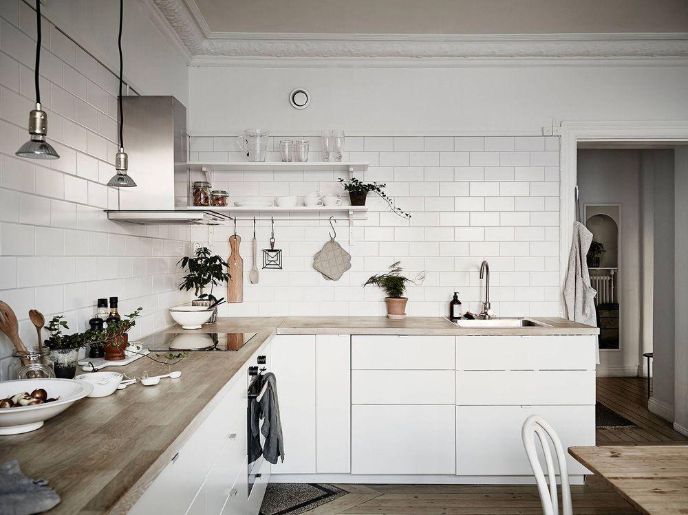 Cocina Nordica Con Baldosa Metro Y Encimera De Madera Delikatissen Decoracion De Cocina Moderna Decoracion De Cocina Ideas De Cocina Blanca