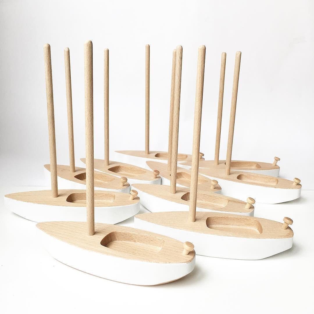 Hoy no hace viento para sacar las velas pero por fin está el cielo azul . Tenemos los barcos en descuento! Entra en www.chinpum.eu  #descuento #sailboat #barcodemadera #woodenboat #kidsdecor #deco by bechinpum