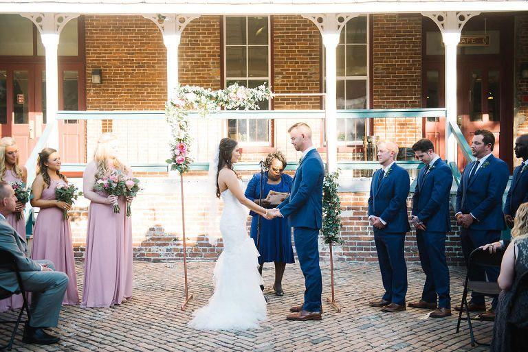 Hochzeitszeremonie Im Freien Portrat Braut In Mermaid Enzoani Kleid