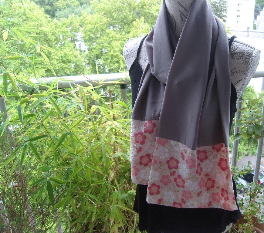Echarpe en crêpe couleur taupe avec un ajout de tissu japonais chirimen fleuri : Echarpe, foulard, cravate par couleur-boheme