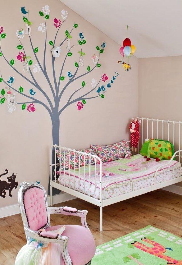 déco murale arbre pour la chambre enfant avec un lit en métal et fauteuil rose