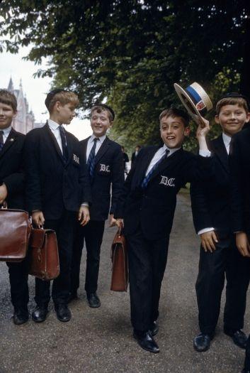 Alunos de escolas públicas de Londres usam chapéu para incrementar o uniforme formal