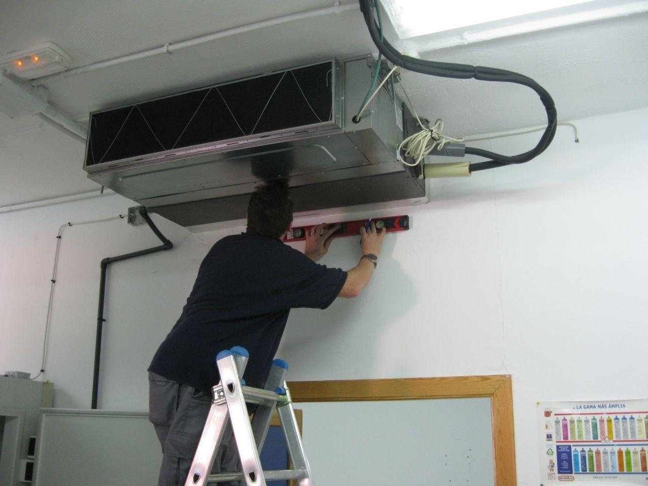 Pin de Equipamiento Hogar en Climatizacin  Ceiling Lights Lighting y Track lighting