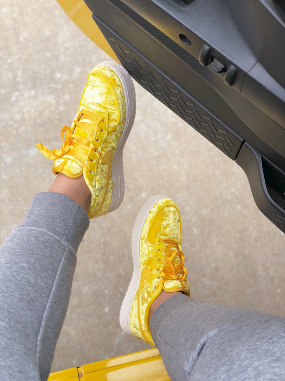 Yellow nikes   Nike schoenen, Schoenen