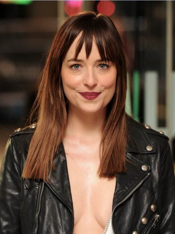 dakota johnson se met litt ralement nu sur tapis rouge. Black Bedroom Furniture Sets. Home Design Ideas