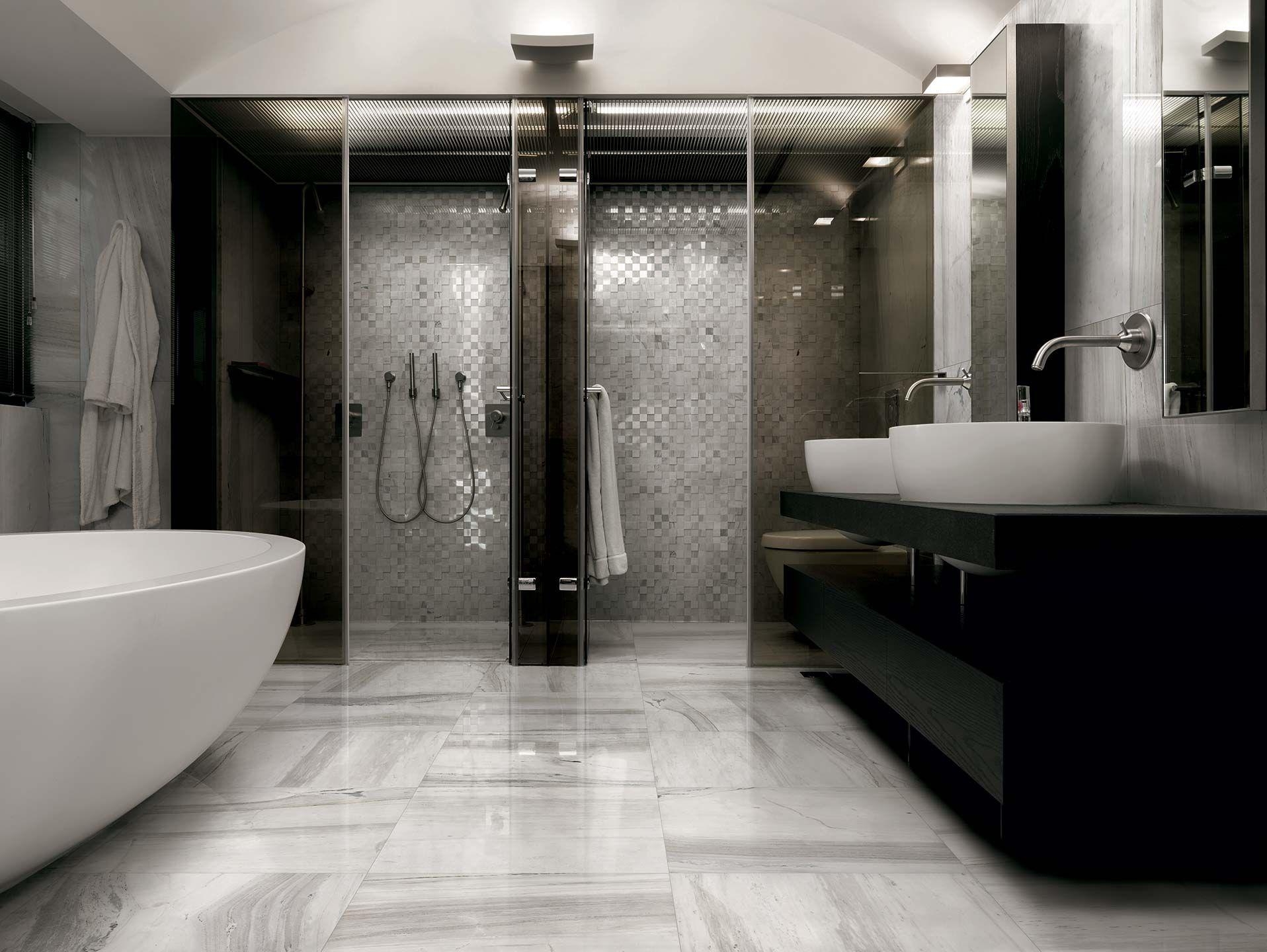 Salle de bain blanc, gris et noir. Carrelage imitation marbre ...